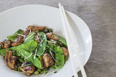 Stir-fry chicken with peas and chives