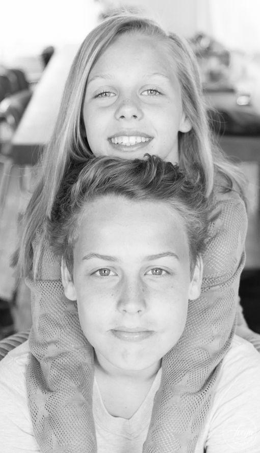 Portret van broer en zus - lekkere frisse koppies! - http://www.trouwfotografiefreya.nl/familieshoot/kinderportret-in-tweevoud/