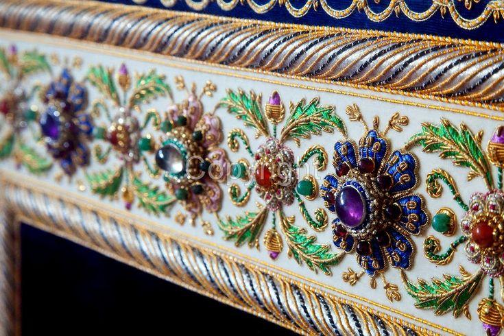 Один из величайших мастеров индийской вышивки «зардози» («вышивка золотом») , вышивальщик в тринадцатом поколении и автор уникальной те...