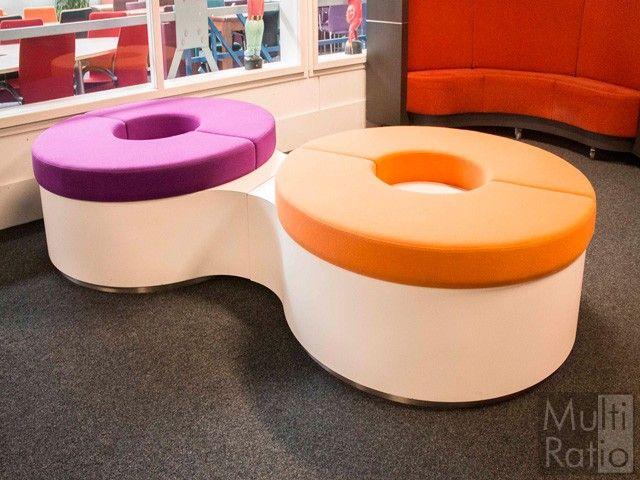 Deze opvallende ronde poefs zijn geschikt voor 6 - 8  personen. Een echte eyecatcher in uw wachtruimte maar ook uitstekend geschikt voor bijvoorbeeld een school.