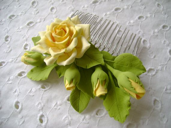 Fiori di argilla polimerica di capelli pettine. Rosa gialla con i germogli.