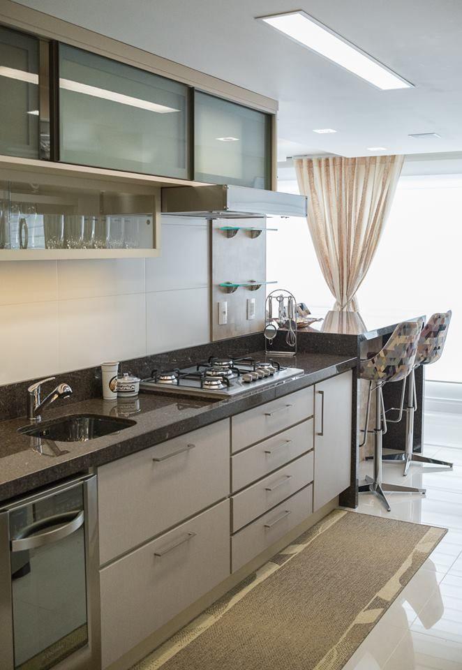 Cozinha compacta de apartamento. Mais