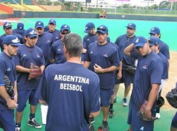 El hombres de Argentina hablan antes un partido de béisbol