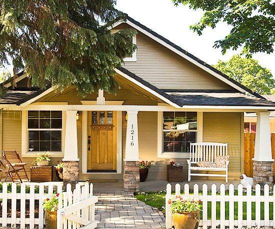 House styles craftsman picket fences and front porches for Craftsman style fence