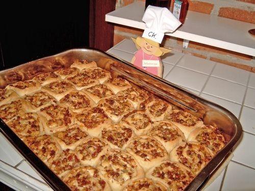 """Torta di rose con salame e formaggio di Cookie72 - Archivi - Cookaround forumTorta di rose con salame e formaggio di Cookie72 Valuta Questa Inserzione 0 Commenti Di Polli79  il 22-04-2008 alle 15:09 (838 Visite) Torta di rose con salame e formaggio (ricetta tedesca di Ulla!!!!)   Ottima per feste e non!!!   375 gr farina 00 2 uova 1 bustina di lievito tipo """"Mastro Fornaio"""" o 1 pacchetto di lievito di birra ½ cucchiaino di sale 1 pizzico di zucchero 75 gr. burro Ca. 150 gr latte Pepe 1…"""