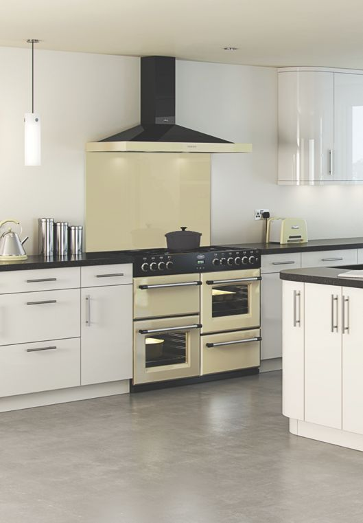 The Belling Classic range cooker is available in 90cm, 100cm and 110cm widths. Paired here with a matching cream and black cooker hood and cream glass splashback