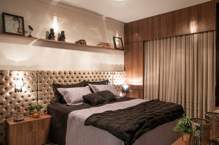 A cabeceira da cama confere elegância à suíte máster, estofada em tecido veludo bambú dourado, com capitonês e duas divisões nos criados-mud...