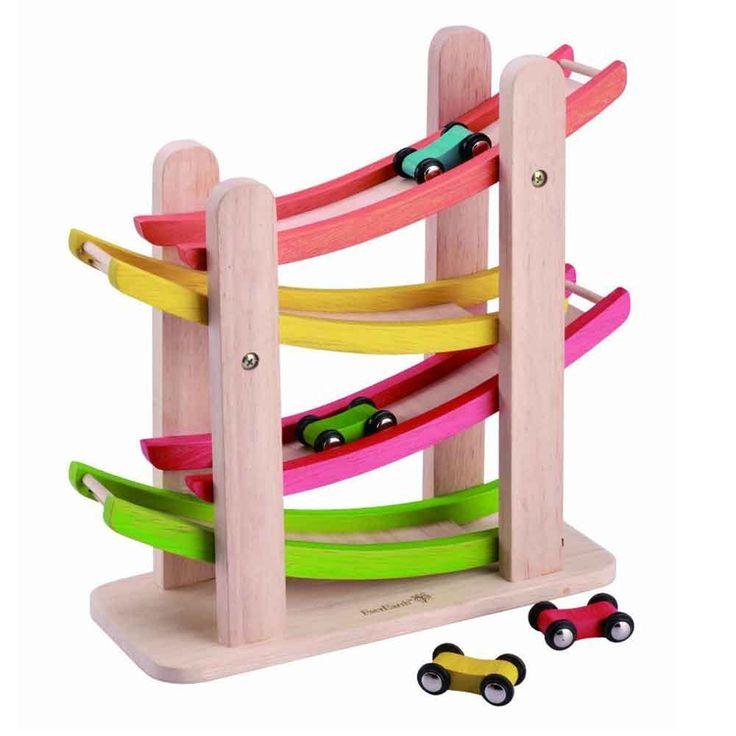 Bilbana i trä med medföljande bilar. Färgglad, rejäl och rolig. Tillverkad av miljövänligt trä, en riktigt bra träleksak. Bland Ekokuls leksaker online.