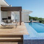 Deck, churrasqueira e piscina