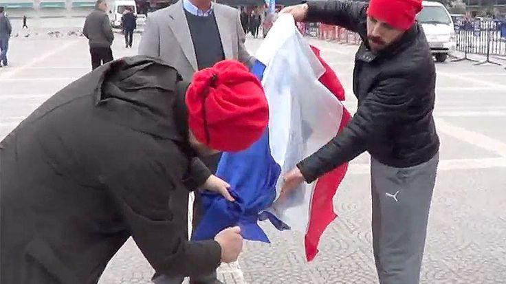 En pleine crise diplomatique entre Ankara et La Haye, de jeunes Turcs ont brûlé sur une place publique un drapeau tricolore... qui pourrait être le drapeau du royaume des Pays-Bas, mais aussi celui de la République française.