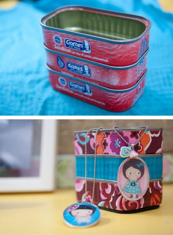 Organizador con latas de sardinas  Paso a paso: http://asperipeciasdeeva.com.br/2011/06/latinha-de-sardinha/