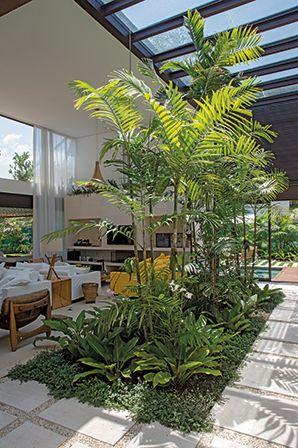 casa mangaratiba | projeto: miguel pinto guimarães | na imagem, sala de estar com jardim interno