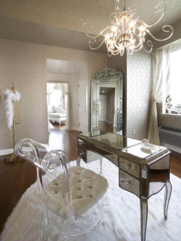 Акриловая мебель в классическом интерьере