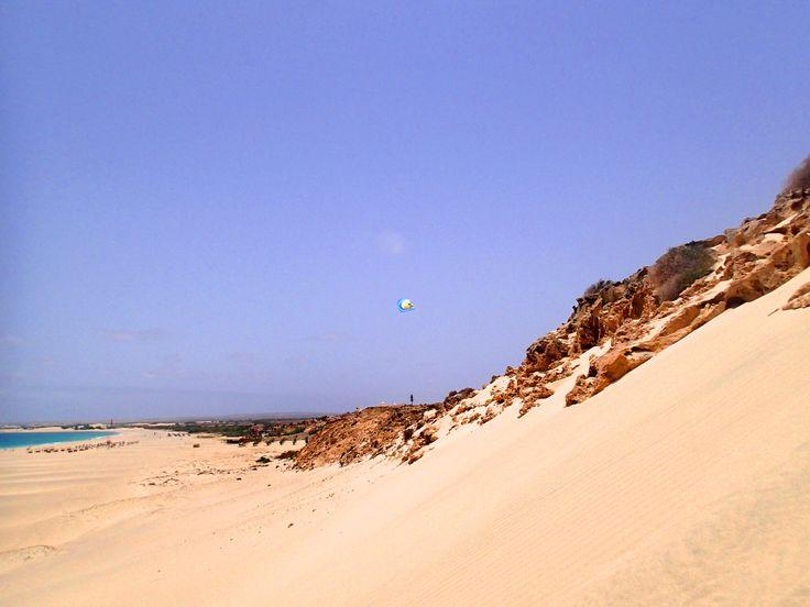 #Urlaub auf #BoaVista: #Sanddünen, warmes Klima #Traumstrände beste #Hotels mit riesigen #Poolanlagen wie das #RIUKaramboa #RIUTouareg #Iberostar #Clubhotel oder #Royal #Decameron. Blick von einer Saharasanddüne an der #PraiadeChaves, rechts das Iberostar, welches sich etwas aufwärts am Hang in direkter Strandnähe  befindet. Genau dort ist der #Strand zum baden  bestens geeignet. Mehr Infos zu den Hotels mit aktuellen #Hotelbewertungen http://boavistianer.de/kapverden-boa-vista-urlaub.php