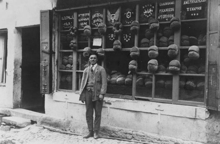"""1922 yılında Ortaköy'de çekilmiş bir fotoğraf. Fırının adı """"Amerikan Fırını"""", ekmek bildiğimiz Türk ekmeği, vitrindeki yazılar Osmanlıca, İngilizce, Ermenice, İbranice, Rumca ve hatta Rusça… Tam Osmanlı'nın son yılındaki İstanbul'a yakışır bir dükkan."""