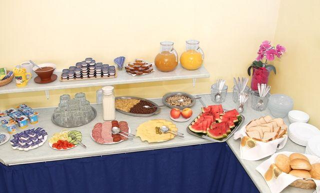 Büfés reggelit biztosítunk.  http://www.dominikahotel.hu/?page_id=27&lang=hu