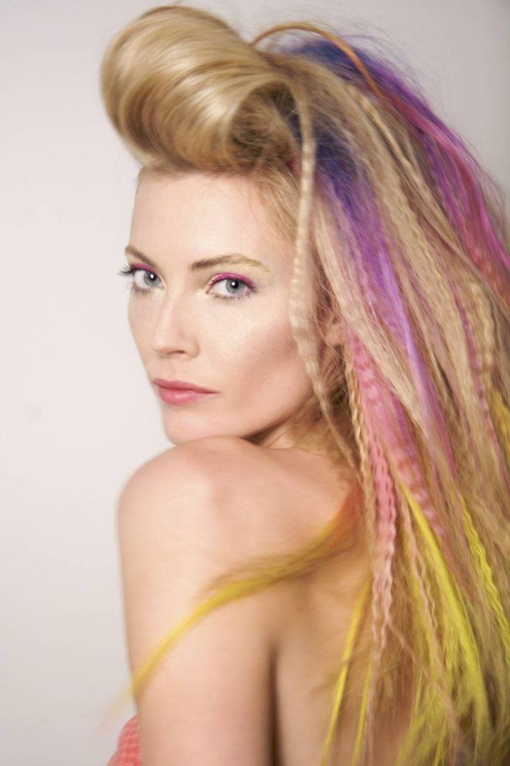 neonfarbige Strähnchen und gecrimptes Haar mit viel Volumen
