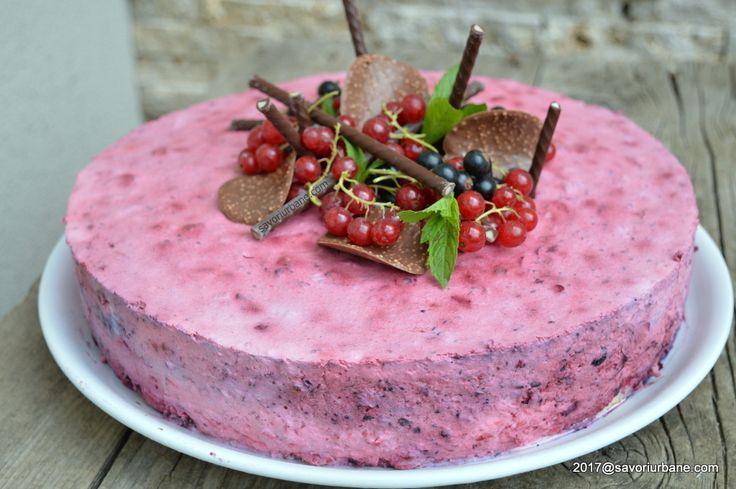 Tort de inghetata cu iaurt si fructe de padure. Un tort racoros cu multe fructe de padure si putin zahar, si totusi pe placul copiilor. Este un tort sanatos
