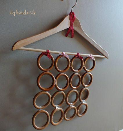 DIY récup : faire un range foulards avec un cintre et des anneaux de rideaux !