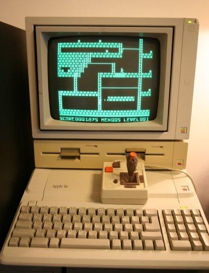 Apple IIe 플라티넘. 전체 디자인의 균형이 무너졌음. 왜 이런 디자인이 나왔을까? 분명 Snow White 등을 IIc와 IIe에 다 적용해 참 아름다왔었는데.