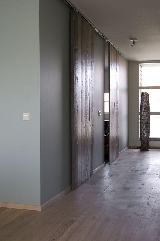 De schuifdeuren van steigerhout.
