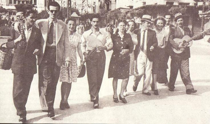 Τσιτσάνης, Τσαουσάκης και παρέα λίγο μετα την απελευθέρωση στη Θεσσαλονίκη - Tsitsanis Tsaousakis and friends shortly after the liberation of Thessaloniki
