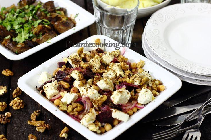 Ароматный и питательный салат с восточными нотками из печеной свеклы с нутом, с козьим сыром и грецкими орехами.