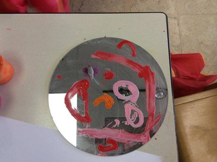 Zichzelf schilderen in de spiegel. Daarna een afdruk maken.