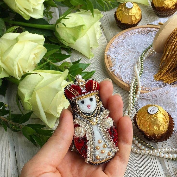 Кто может царственно существовать среди белых роз, антикварной бахромы, кружева и россыпи жемчугов?!🤔 Никак не меньше чем сама Королевишна!👑 Вот она, нарядно убранная русская красавица! Матрешечка😻 Заказ, сделанный ещё в январе🙀🙌🏻 Спасибо всем за понимание и терпение! Чесслово, вышиваю как 🤖 без сна и отдыха! Но чтобы получить такую красоту - стоит ждать!❤️ #мода #стиль #рукоделие #ручнаяработа #брошь #украшения #украшение #вышивка #бижутерия #авторскоеукрашение #орден #корона…