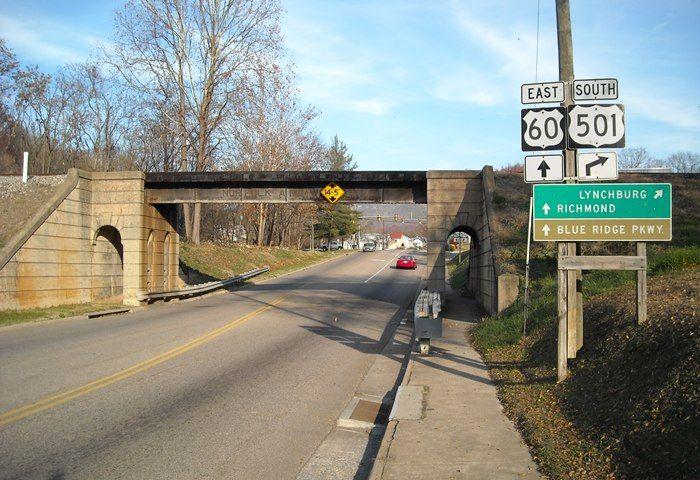 US Route 60 em Buena Vista, estado da Virgínia, USA. A ponte ferroviária em primeiro plano é a antiga Norfolk e Western Railway, agora Norfolk Southern, linha principal do distrito de Roanoke.  Fotografia: Galen A. Wright.