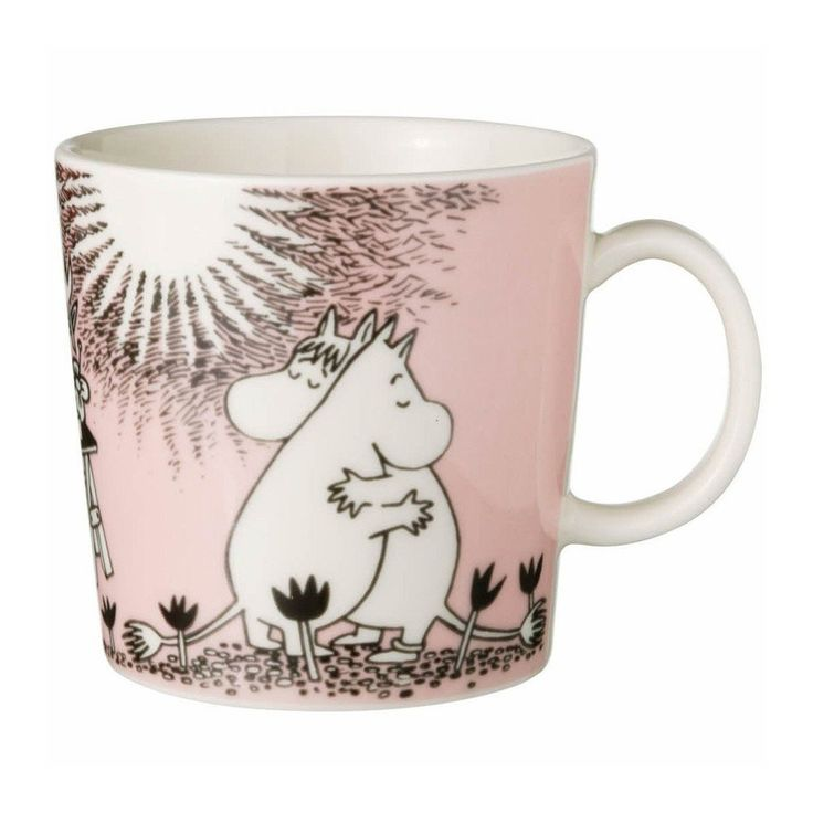 This pink Moomin mug featuring Snorkmaiden and Moomintroll hugging has become a classic since it was released in 1996. It's elegantly illustrated by Arabia artist Tove Slotte. The illustrations on the Moomin mug can be found in the second and third Moomin comic books. Your collection of Moomin mugs will not be complete without this lovely piece. Also see the other parts of the Moomin Love series. Tässä jo klassikoksi muodostuneessa mukissa vuodelta 1996 Niiskuneiti ja Muumipeikko halaavat…