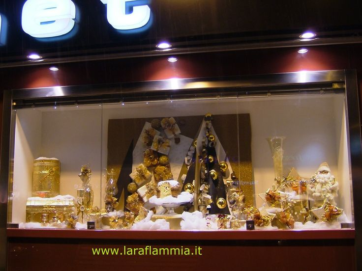 In questa vetrina ho voluto presentare l'artigianalità made in Italy tra le più note nel mondo: il panettone! In this showcase I wanted to present the craftsmanship made in Italy among the most famous in the world: the panettone!For information and advice please contact us at laraflammia@gmail.com