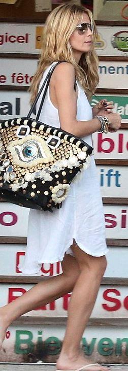 Heidi Klum's eye print handbag and nude flip flops