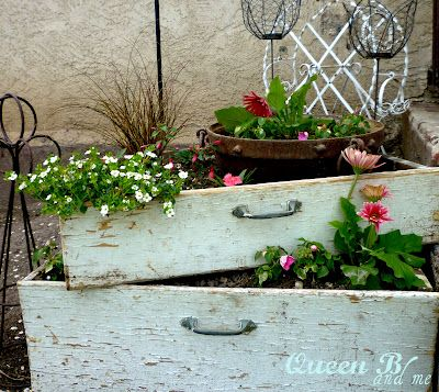 Love the drawersGardens Ideas, Dressers Drawers, Old Drawers, Porches Vignettes, Old Dressers, Dresser Drawers, Planters Boxes, Flower Boxes, Front Porches