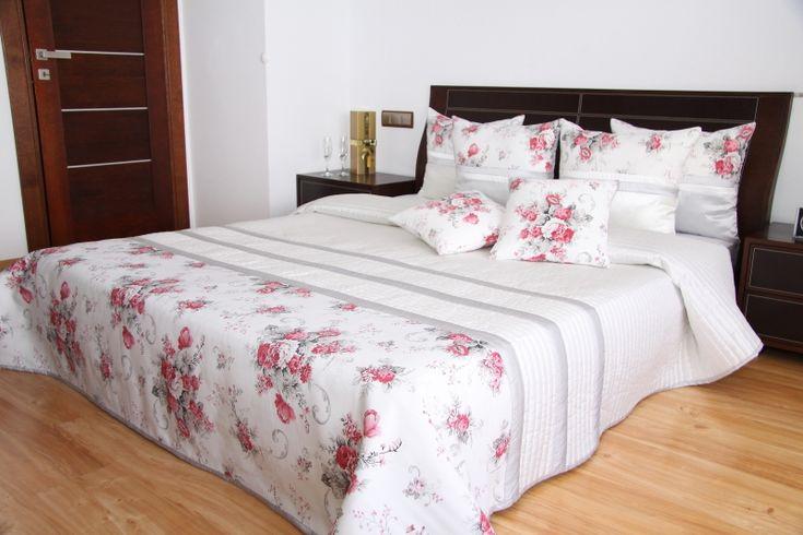 Prehoz na posteľ bielo sivo malinovej farby s kvetmi