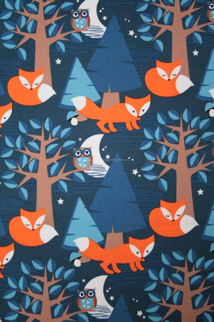 Prachtige sprookjesachtige print met vosjes en uiltjes. Dit geweldig stof van goede kwaliteit en zacht waardoor het uitermate geschikt is voor baby en kinderkleding. GOTS gecertificeerd.