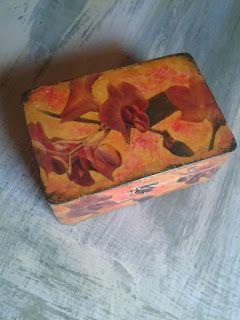 técnica decoupage. Las imágenes son orquídeas y son de una foto que hice y que escaneé para obtenerla en papel. La base está pintada con acrílico ocre y una vez recortadas las flores fui fijándolas con barniz cola. Las sombras son con colores rosados. Tiene pátina verde y finalmente todo barnizado con cuatro capas.