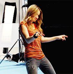 """Seus movimentos de dança que você se sinta tipo de desconfortável, em um bom caminho.   21 Signs You're In Love With Rita Volk From MTV's """"Faking It"""""""