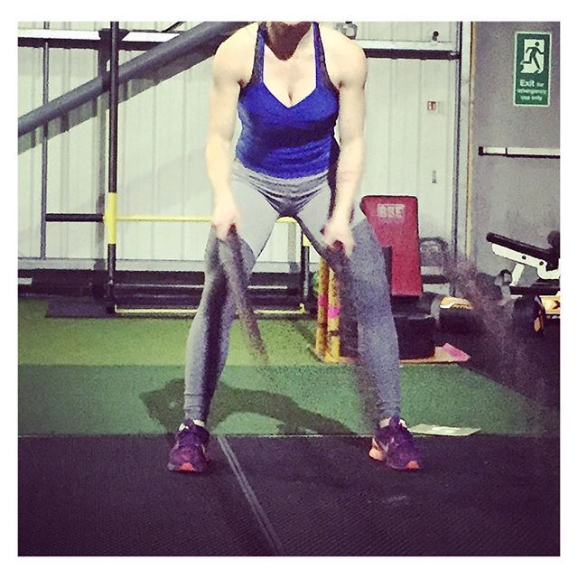 Add battle ropes to your workout to keep it fun 🙌🏻💁🏼 #akaFit #lookfitgetfitbefit #itsalifestyle #bodylove -  -  Wearing: 'Get Flexi Leggings' and 'Cindy Tank Top'  ---  www.akafit.co.uk