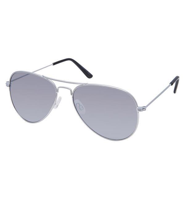 Festival musthaves: Vergeet niet zonnebrandcrème en een zonnebril mee te nemen om jezelf te beschermen tegen de brandende hete zon, zoals deze Only zilverkleurige zonnebril.