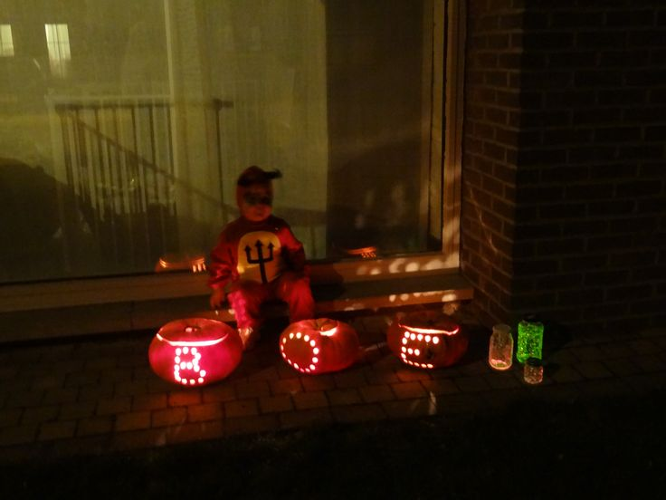 Doorboorde halloweenpompoenen en glow in the dark bokaaltjes met diamandglitters!