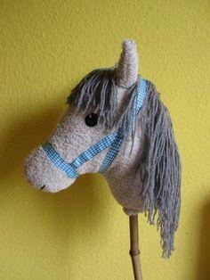 """In seinem früheren Leben war unser ,, Pferdi """" ,   ein altes Badehandtuch !        Lisa brauchte ein Steckenpferd fürihrenAuftr..."""