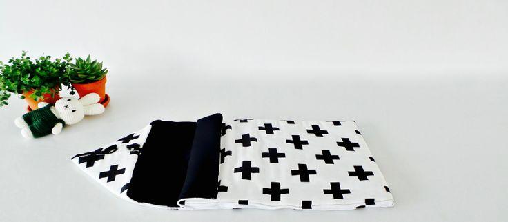 Slaapzakje met zwart wit kruis modern Scandinavisch patroon en design voor een trendy stijlvol babykamer en interieur. Gemaakt van 100% natuurlijk katoen en te koop op www.chubbycarrot.com #chubbycarrot . Vind meer baby & kinder producten op onze site.
