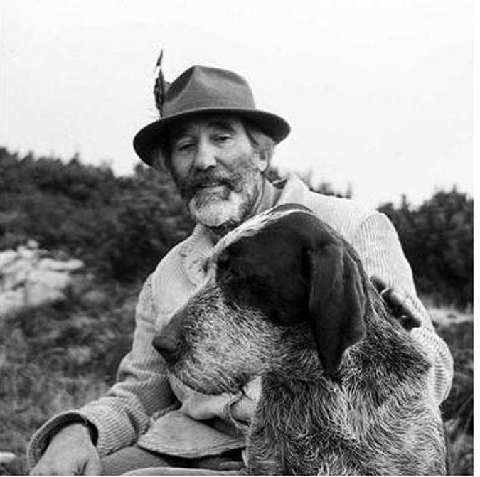 """Mario Rigoni Stern (Asiago, 1º novembre 1921 – Asiago, 16 giugno 2008) è stato un militare e scrittore italiano. Legatissimo alla sua terra, l'Altopiano di Asiago (era il discendente dell'ultimo cancelliere della Federazione dei Sette Comuni), e alla sua gente, i Cimbri, è noto soprattutto per l'opera Il sergente nella neve. Primo Levi lo definì """"uno dei più grandi scrittori italiani""""."""