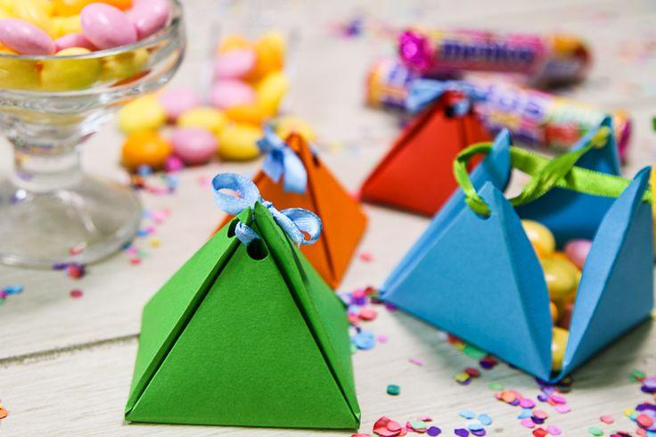 Estas cajitas son ideales para cualquier evento. Las puedes colocar en mesas de dulces, postres e incluso regalarla al final como agradecimiento. Son fáciles de hacer y las puedes decorar como más te guste.