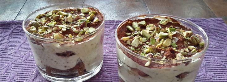 Tiramisu met pistachenoten en notenlikeur (tiramisu, pistacchio e nocino). Deze tiramisu met pistachenoten en notenlikeur is een variant op de originele versie met koffie en marsalawijn.