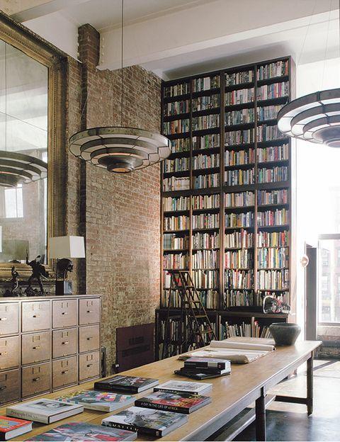 La altura del estudio del propietario, más de siete metros, exigía muebles a escala. La mesa principal procede de un convento y el archivador de una oficina de correos; las lámparas, de una película producida por el dueño.
