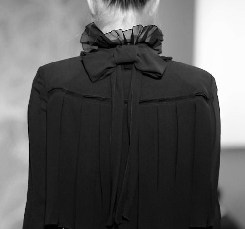 classic with a twist: Shorts Hair, Bows Dresses, Black Bows, Collars, Black Blouses, Bows Back, Black Beautiful, Girls Style, Ruffles