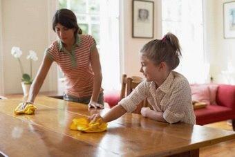 Избавляемся от пятен на деревянной мебели!  Пятно от воска легко убрать, если растопить его феном, а потом промокнуть мягкой тряпочкой.  Подтек от воды легко удалится, если выдавить на влажную тряпочку немного зубной пасты и отполировать его.  На прожженное место нужно штампующими движениями нанести сверху немного майонеза, оставить на 30 минут, потом насухо вытереть.