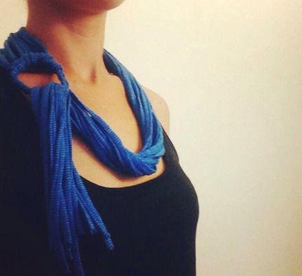 Collana in fettuccia di cotone, nuovo modello.   E' composta da 12 fili di fettuccia blu marino a righe azzurre che passano attraverso una treccia circolare, della stessa tonalit - 20797352